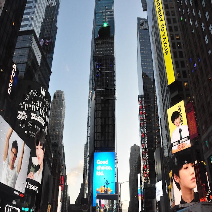 TYT台风少年团成员宋亚轩荣登纽约时代广场大屏纳斯达克大屏双屏联播